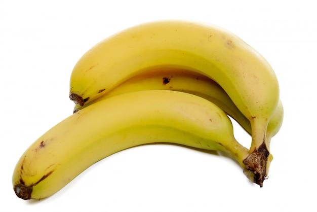 白で隔離される3つのバナナ