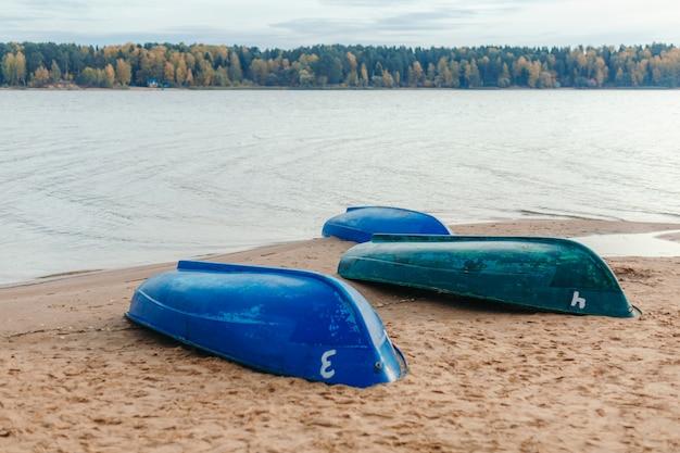 砂浜の川岸に3隻のボート。