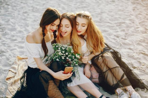 夏の公園で3人のかわいい女の子
