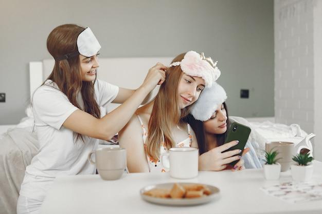 3人の女の子が自宅でパジャマパーティーをしています