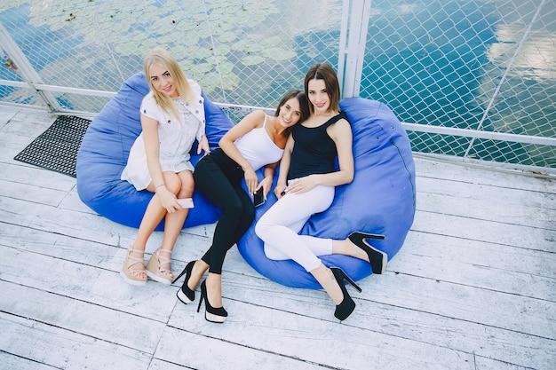 美しい女の子3人