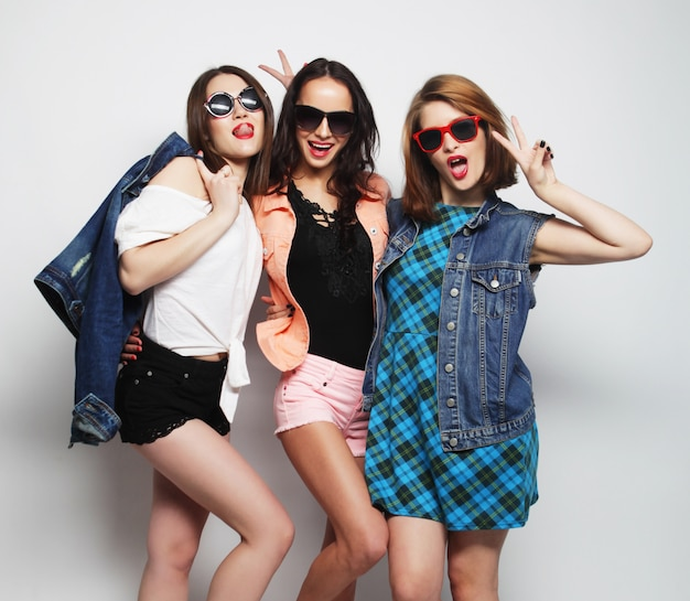 3人のスタイリッシュなセクシーな流行に敏感な女の子の親友