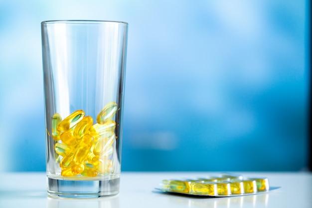 ビタミンサプリメント、黄色いカプセル入りの魚油オメガ3。