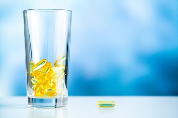 ビタミンサプリメント、黄色いカプセル入り魚油オメガ3。