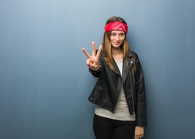 番号3を示すロシアの若い女性