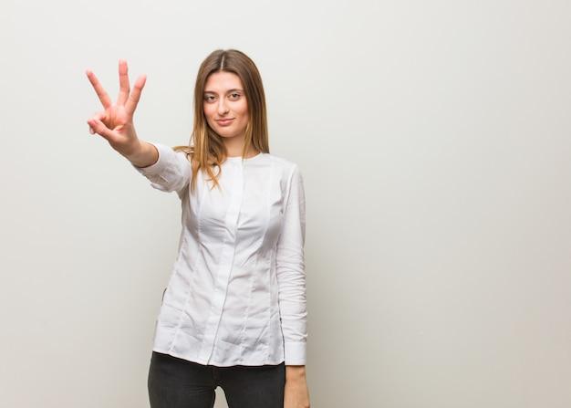 番号3を示す若いロシア人女性