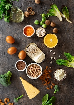 Источники пищи омега-3 и здоровых жиров на темном фоне вид сверху. здоровая пища