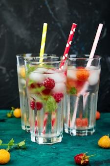 3色のラズベリーと風味を付けられた水を解毒します