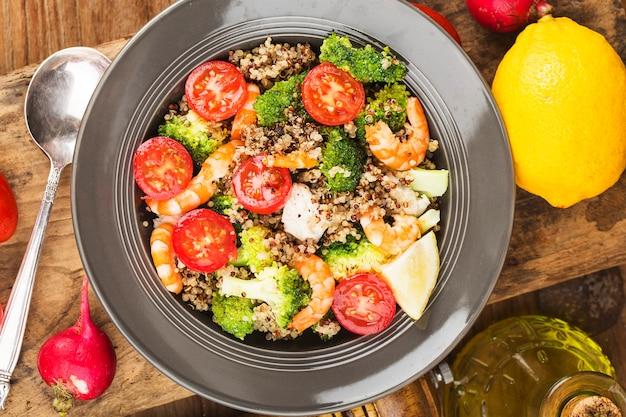 ブロッコリーの鶏胸肉のエビのサラダ、3色のキノアサラダ。スーパーフードと健康的な食事のコンセプト。