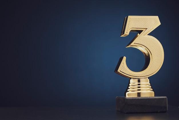 番号3の孤立した金色の像
