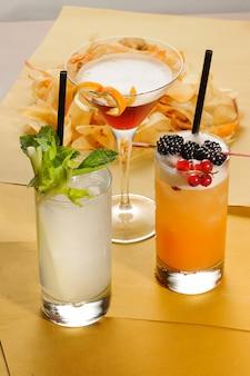 3つの異なるアルコールカクテルの盛り合わせ