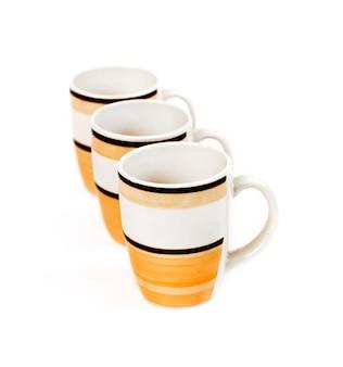 白い背景に分離された3つのマグカップの行