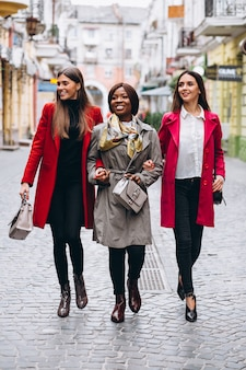 通りの3人の多文化女性