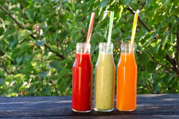 緑、夏、日光の空間にストローでジュースを3本