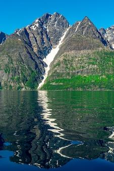 ソグネフィヨルドの岩、世界で3番目に長いフィヨルド、ノルウェーで最大のフィヨルド。