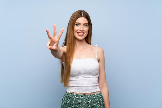 若い女性の分離されたブルーハッピーと3本の指で数える