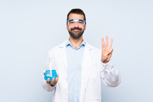 幸せと指で3つを数える隔離された壁を越えて若い科学持株実験室のフラスコ