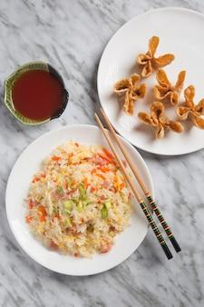 中国米3つの珍味と揚げ物のクローズアップ。