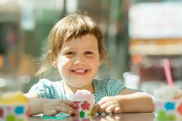 アイスクリームを食べる、幸せな3歳