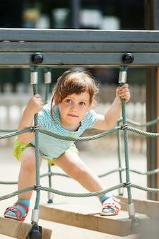 遊び場で3歳の赤ちゃん