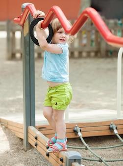 3 года девушка на детской площадке