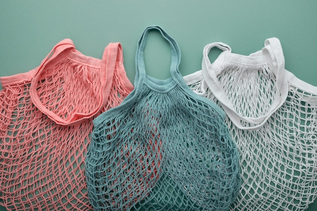 緑の異なる色の3つのメッシュバッグ