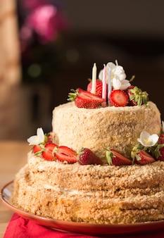 3つの層とカラフルな振りかける誕生日ケーキ