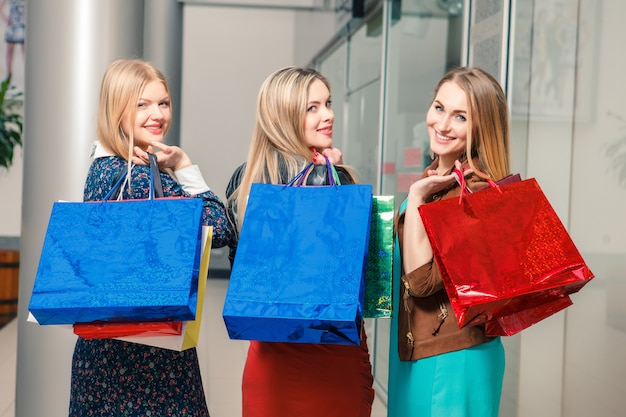 買い物袋を持つ3人の美しい女性