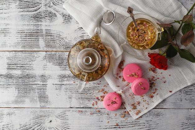 お茶と3つのマカロンの朝食