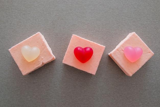 ハートの形のマーマレードと3つのピンクのケーキ