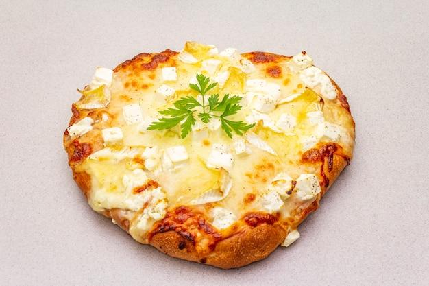 3種類のチーズとパセリのイタリアのフォカッチャ