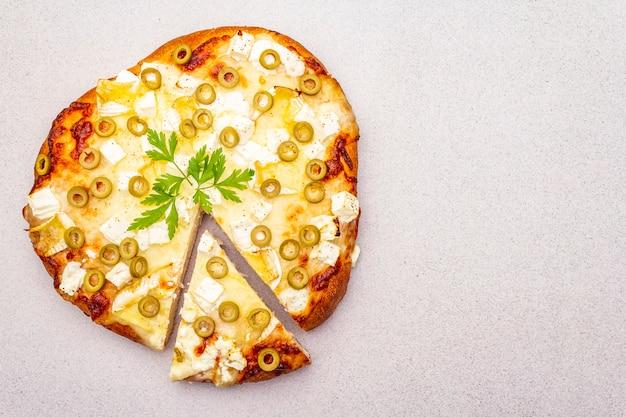 3種類のチーズ、グリーンオリーブ、パセリのイタリアのフォカッチャ