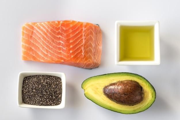 Омега-3 продукты на белой поверхности