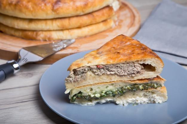 伝統的なオセチアのパイ。休日のための3つの基本的なパイ。クローズアップ、セレクティブフォーカス。