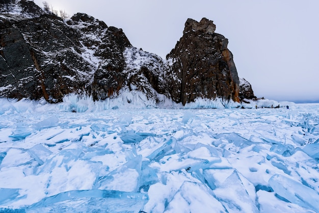 晴れた3月の日には、氷河で覆われたオルホン島のホーボー岬。