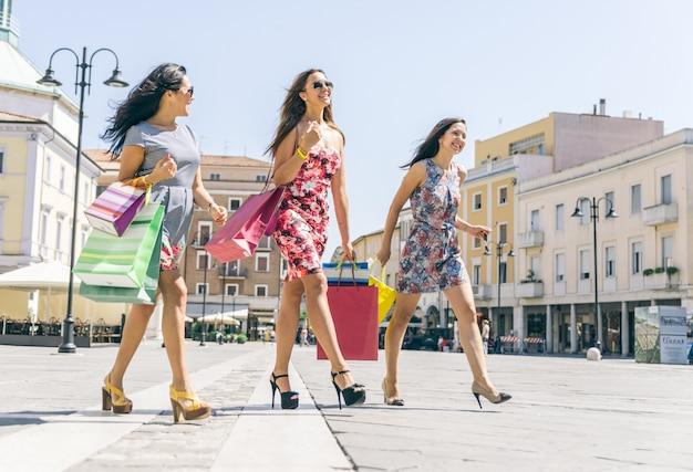 市内中心部で買い物をする3人の女性