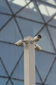 3つの方法の方向が付いている通りの保安用カメラ