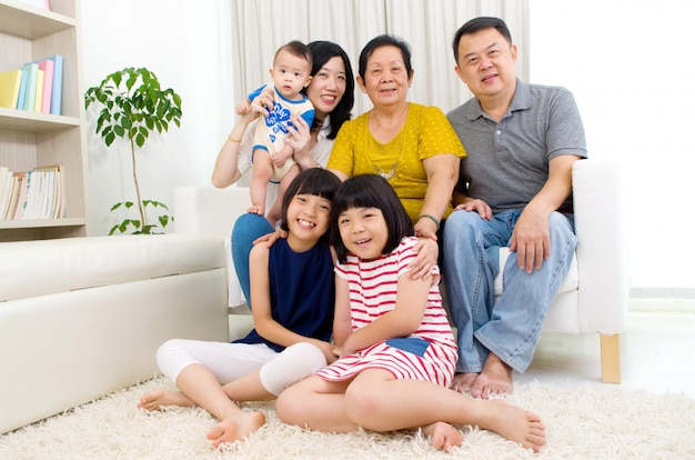 Красивая азиатская семья 3 поколений