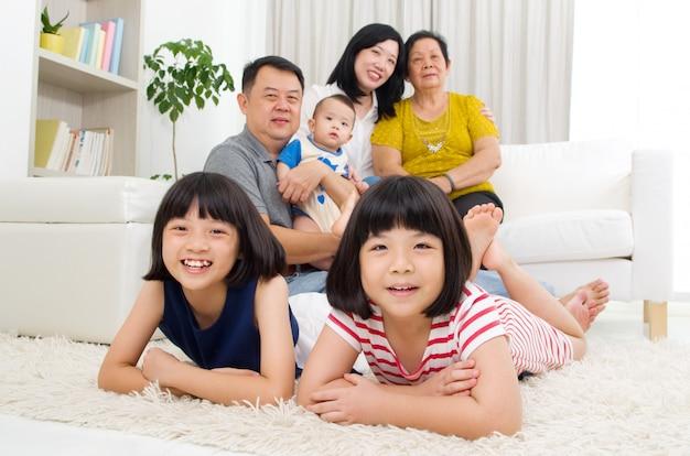 美しいアジア3世代家族