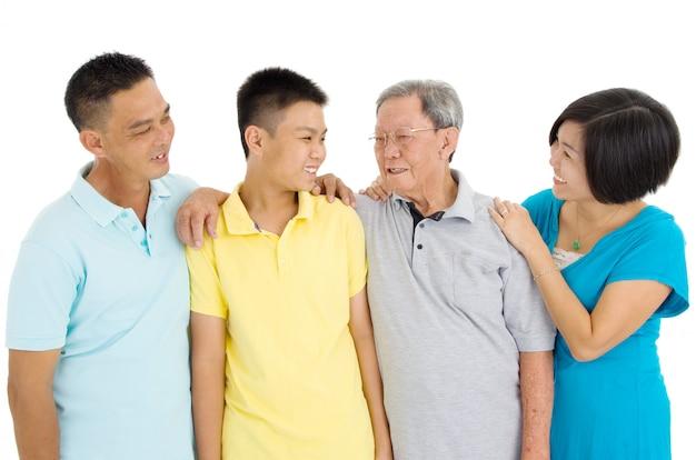 白い背景の上の美しいアジア3世代家族の屋内の肖像画