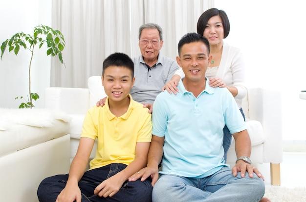 Крытый портрет красивой азиатской семьи 3 поколений