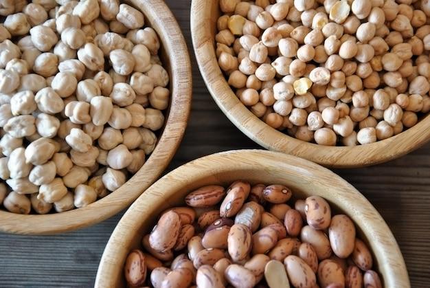 木製のボウルの3種類の野菜
