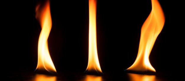 黄色とオレンジ色の3つの炎