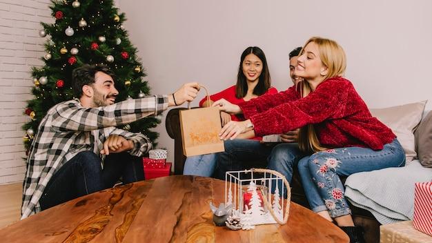3人の友人と贈り物のコンセプト