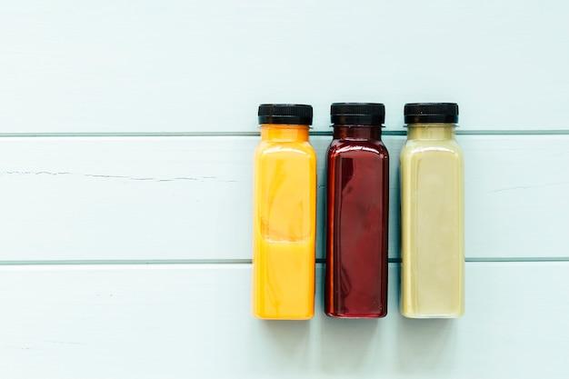 3つのジュースと健康的な食品のコンセプト