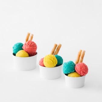 3つのアイスクリームカップ