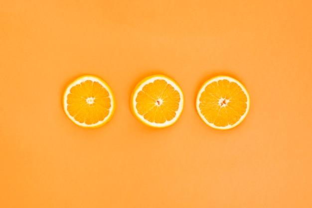 3つのオレンジ色のスライス