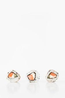 白い背景に3つの寿司のクローズアップ