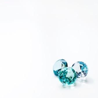 白い背景の上の3つの豪華な光沢のあるダイヤモンド