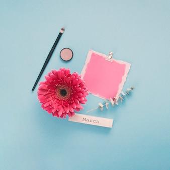 白紙の紙とガーベラの花3月碑文
